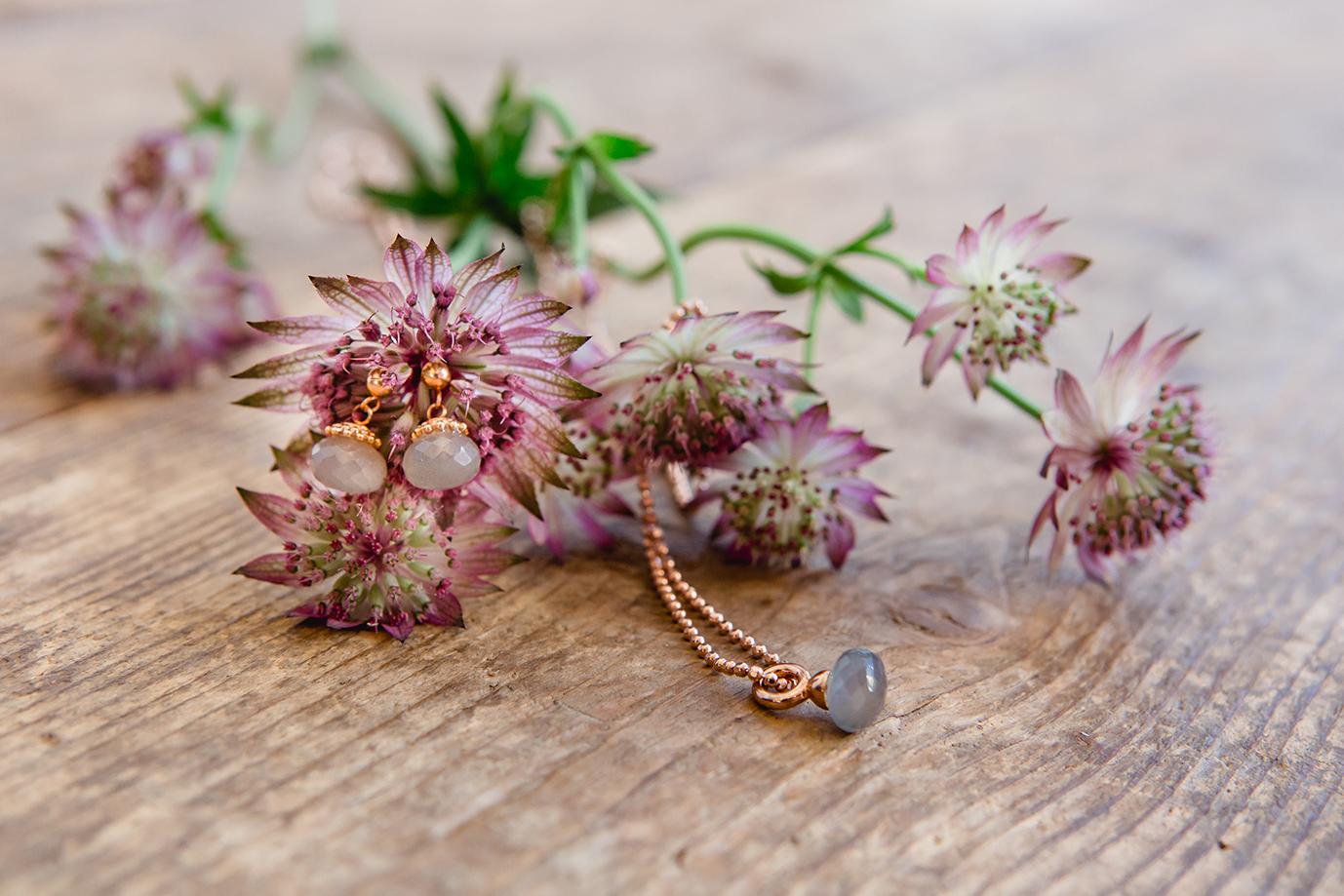 Handgefertigter Schmuck und Blumen